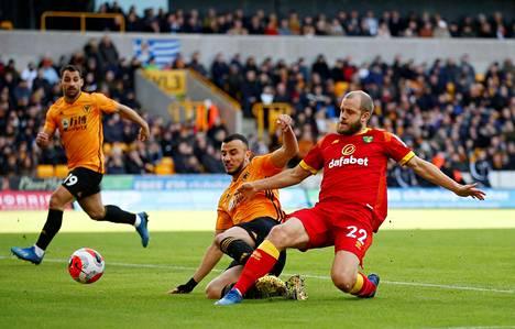 Teemu Pukki pääsi yrittämään maalia ottelun alkuminuuteilla.