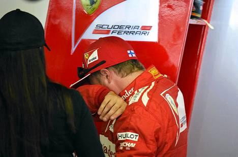 Kimi Räikkönen pyyhki hikeä kasvoilta ensimmäisen testijakson jälkeen.