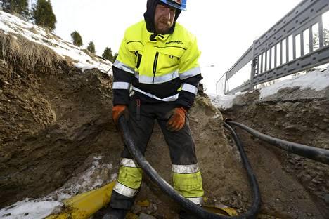 Sähkön toimitusvarmuuden parantamiseen investoidaan vuosina 2010–2028 lähes kolme miljardia euroa. Sähköverkon maakaapelia asennettiin Espoossa 2014.