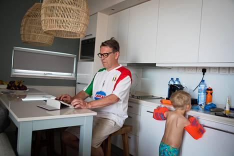 Matti Mäkelä hoiti työasioita lasten ipadilla hotellihuoneessa Kyproksella.