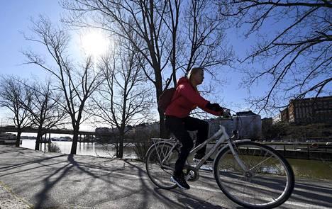 Laskentapisteiden mukaan pyöräilijöiden määrä on ollut Helsingin keskeisillä väylillä noin 20 prosenttia korkeampi kuin viime vuoden vastaavalla ajanjaksolla.