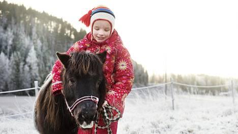 Riskiryhmään kuuluva Vilja Salonen pysyy koronakaudella eristyksissä kotonaan maalla.