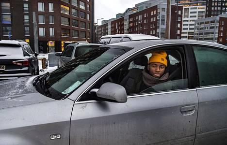 """Abu Sankoh palaa töistä kotiin Kivistöön. """"Taloyhtiön parkkihallissa ei ole tilaa"""", Sankoh kertoo, ja jättää autonsa aseman liityntäpysäköintiin."""