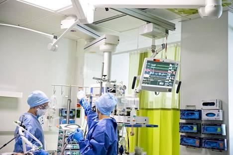 Koronapotilaan tehohoitoa Jorvin sairaalassa viime vuoden keväällä. Useat Husin työntekijät saivat virustartunnan työpaikallaan.