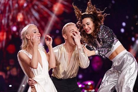Christoffer Strandberg (keskellä) ja Jutta Helenius voittivat MTV:n Tanssii Tähtien Kanssa -tanssikilpailun finaalin. Meeri Koutaniemi (oik.) sijoittui kolmanneksi.
