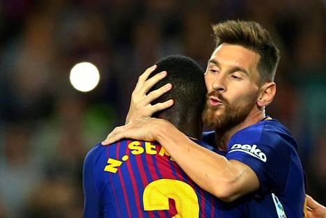 Lionel Messi (oik.) sai ensimmäisestä maalistaan halaukset Nelson Somedolta.