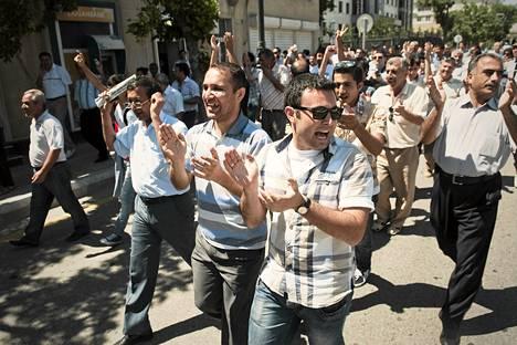 Opposition kannattajia osoittamassa mieltään pidätyksiä vastaan Bakussa lauantaina.