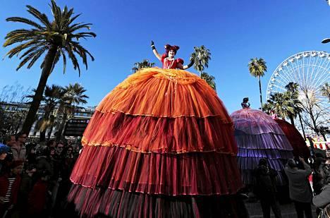 Taiteilijat vilkuttivat yleisölle Nizzan karnevaalien paraatissa Ranskassa sunnuntaina.