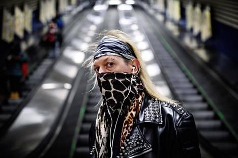 Jani Suvanto suojautui huivilla Hakaniemen metroasemalla 21. maaliskuuta.