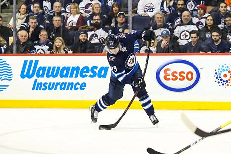 Patrik Laine laukomassa kiekkoa kohti maalia ottelussa Philadelphia Flyersia vastaan.