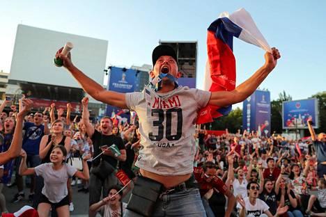 Venäjän kannattajat tuulettivat Venäjän joukkueen tekemää maalia Donin Rostovissa.