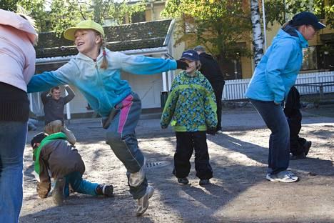 Perinneleikit liikuttavat lapsia päiväkotien pihoilla.