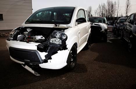 Moni kolaroitu mopoauto päätyy Autovahinkokeskuksen Espoon toimipisteen pihalle.