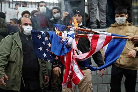Mielenosoittajat polttivat Yhdysvaltain ja Israelin lippuja pääkaupunki Teheranissa lauantaina 28. marraskuuta.