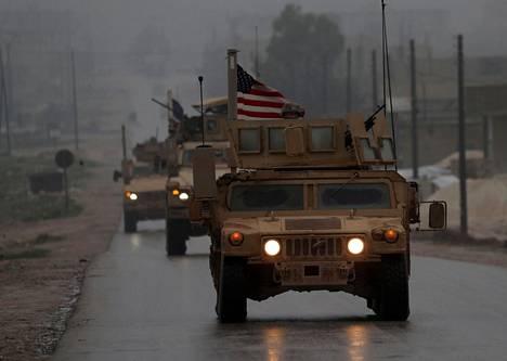 Yhdysvaltojen ajoneuvoja Manbijin kaupungissa joulukuussa Syyriasssa.
