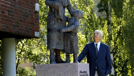 Evakkoäiti-patsas on pystytetty yksityisen keräyksen avulla. Viestintäneuvos Jaakko Paavela oli patsastoimikunnan puheenjohtaja.