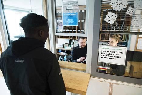 Vastaava ohjaaja Mikko Elomaa ja sosiaaliohjaaja Reetta Enrold palvelivat perjantaina asiakasta Uudenmaankadun vastaanottokeskuksessa Helsingissä.