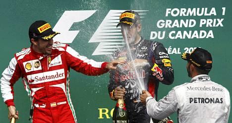 Kisassa kolmanneksi sijoittunut Lewis Hamilton ruiskautti kuohujuomat päin Sebastian Vettelin näköä.