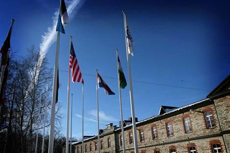 Tallinnassa toimii Naton kyberturvallisuuden erityisosaamiskeskus CCDCOE, jonka toimintaan myös Yhdysvallat osallistuu. Talvella 2013 pihalla liehui Yhdysvaltain lippu.