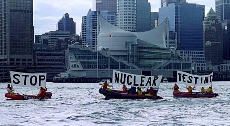 Greenpeacen aktivistit osoittivat mieltään ydinasekokeita vastaan, kun Yhdysvaltojen ja Venäjän presidentit tapasivat Kanadan Vancouverissa huhtikuussa 1993.