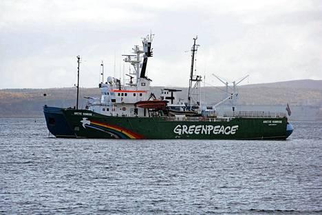 Arctic Sunrise hinattavana Murmanskin satamaan syyskuussa.