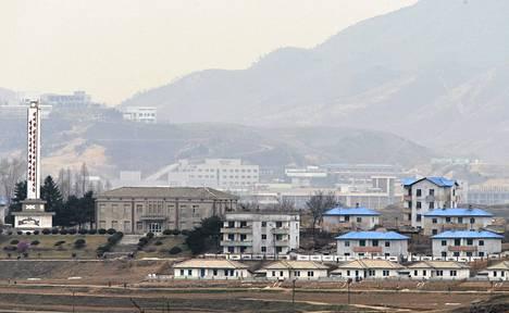 Kaesongin teollisuusalue Etelä-Korean puolelta Pajun kylästä katsottuna.
