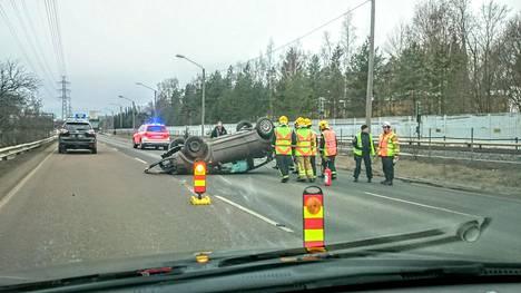 Onnettomuuspaikalla oli katolleen kierähtänyt henkilöauto. Kuva on lukijan ottama.