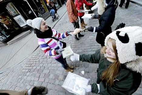 Lukutoukat siirsivät kirjoja Riian vanhasta pääkirjastosta uuteen. Noin 15000 ihmistä osallistui ihmisketjuun.