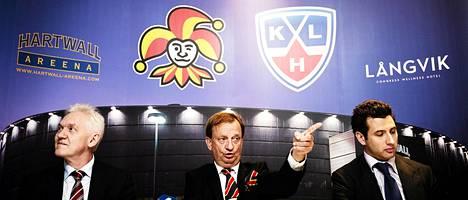 Kesäkuun lopulla järjestetyssä tiedotustilaisuudessa kerrottiin, että Gennadi Timtšenkon (vas.) ja Roman Rotenbergin (oik.) yritys osti Hartwall-areenan Harry Harkimon (kesk.) yritykseltä.