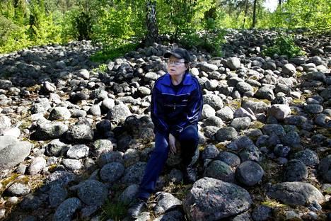 Ritva Selenius istui yli 10000 vuotta vanhalla Jakomäen muinaisrannalla vuonna 2012.