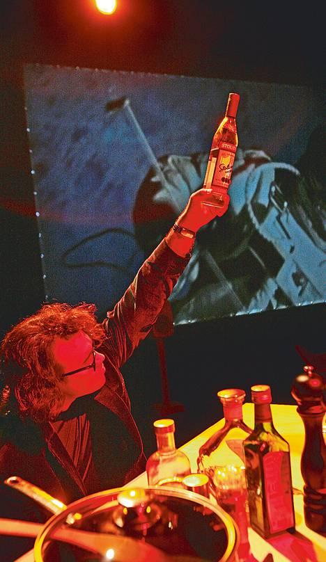 Heikki Törmin esittämä muotoilija rakastaa viinaa ja Whitney Houstonin musiikkia.