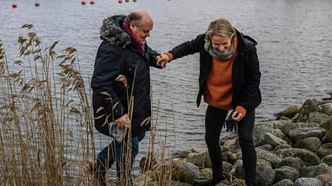"""""""Meidän on ensi hetkestä asti ollut helppoa olla yhdessä"""", sanovat Nina Honkanen ja Hannu-Pekka Björkman."""