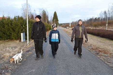 Teija Mäkilehto (vas.) ulkoilutti Siru-koiraa miehensä Harri Virtasen ja poikansa Ville Mäkilehdon kanssa tiistaina. Perhe asuu Hausjärven puolella Kanta-Hämeessä, mutta vanhemmat työskentelevät Hyvinkäällä Uudellamaalla.