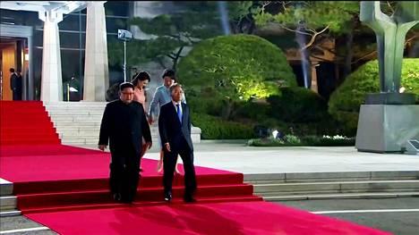 Pohjois-Korean johtaja Kim Jong-un ja Etelä-Korean presidentti Moon Jae-in astelivat päättäjäisseremoniaan perjantaina.