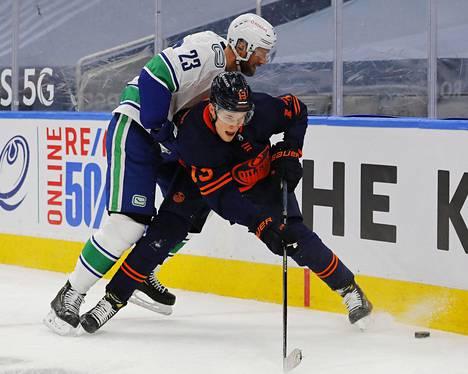 Jesse Puljujärvi väänsi tiukasti Vancouver Canucksin Alex Edlerin kanssa keskiviikkoillan ottelussa.