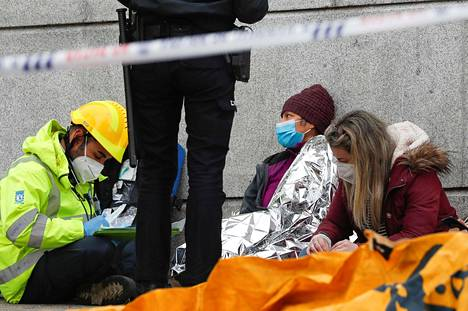 A paramedic and police helped people after the explosion in Madrid.