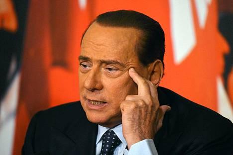 Italian entinen pääministeri Silvio Berlusconi puhui tiedotustilaisuudessa Palazzo Graziolissa Roomassa maanantaina.