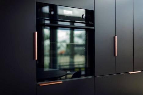 Kohteen 25 keittiön kaapinovissa mustan on korvannut tumma ruskea.
