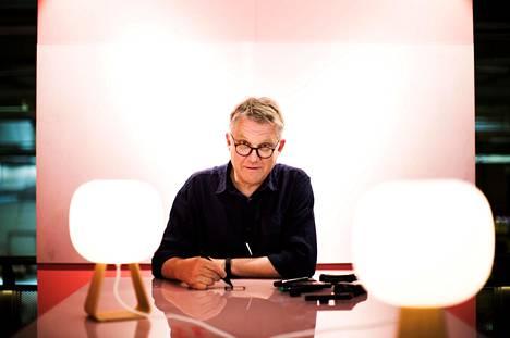 Aiemmasta pitkäaikaisesta työpaikasta irtisanottu Pekka Toivola työllistyi uudelleen yli 60-vuotiaana. Uusi ura urkeni puhelinkoppeja valmistavan Frameryn muotoilijana Tampereella.