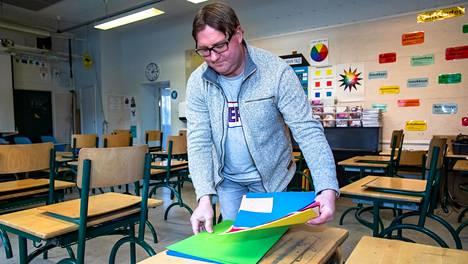 Petri Luiskari hoiti vuorollaan pienimpien oppilaiden lähiopetusta torstaina. Luiskari opettaa etänä omaa neljättä luokkaansa, mutta on kerran kahdessa viikossa vuorossa opettamassa koululla olevia nuorimpia oppilaita.