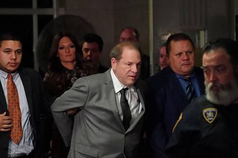 #METOO-LIIKE SYNTYI. Elokuvatuottaja Harvey Weinstein on antanut arveluttavat kasvot naisten seksuaalisen hyväksikäytön esille tuoneelle metoo-liikkeelle. Häntä on syytetty raiskauksista ja muista seksuaalisista hyväksikäyttötapauksista. Kuvassa Weinstein matkalla oikeudenkäyntiin New Yorkissa joulukuussa 2019.