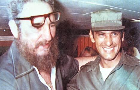 Kun kaikki oli vielä hyvin: Kuuban diktaattori Fidel Castro (vas.) henkivartijansa Juan Reinaldo Sánchezin kanssa. – Kirjan kuvitusta.