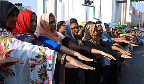 Naiset muodostivat ihmisketjua Kochissa Keralan osavaltiossa osoittaakseen tukeaan naisten pääsylle pyhään hindutemppeliin.