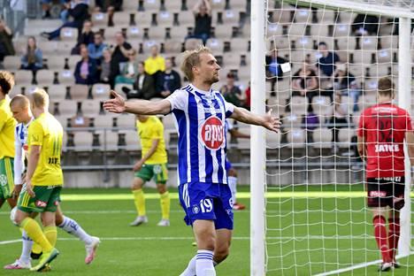 Hyökkääjä Tim Väyrynen juhli tekemäänsä HJK:n 1-0-maalia.