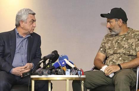 Armenian pääministeri Serž Sargsjan (vas.) kohtasi oppositiojohtaja Nikol Pašinjanin tv-kameroiden edessä Jerevanissa sunnuntaina.