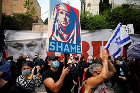 Benjamin Netanjahun asunnon eteen Jerusalemissa kerääntyi mielenosoittajia sunnuntaiaamuna ennen korruptio-oikeudenkäynnin alkua.