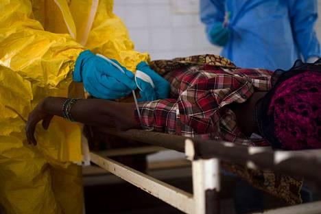 Sairaanhoitajat ottivat verinäytteen ebolapotilaalta Sierra Leonessa heinäkuun alussa.