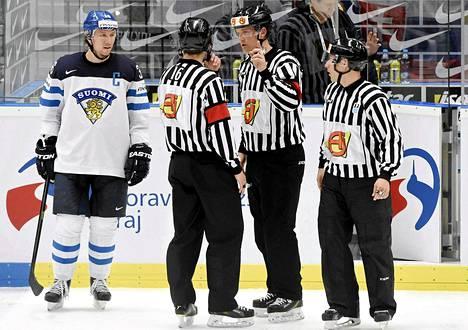 Leijonien kapteeni Jussi Jokinen keskusteli Leo Komarovin rangaistuksesta Tobias Björkin (16) ja Mikael Nordin (toinen oikealta) kanssa.