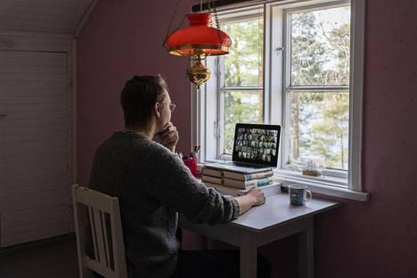 Elias Lahtinen näyttää, miten etätyöpisteen voi valaista niin, että kasvoille lankeaa mahdollisimman imarteleva valo. Lahtinen tekee töitä kotinsa vierashuoneessa.