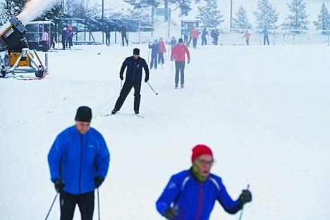Vantaan Hakunilassa oli maanantaina iltapäivällä laduilla tungosta.
